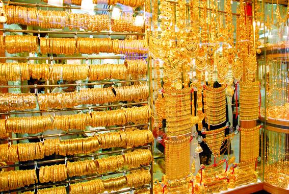 صعود الدولار يخفّض أسعار الذهب