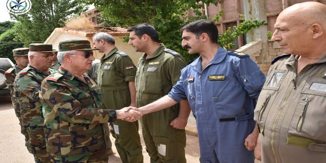 بتوجيه الرئيس الأسد.. العماد أيوب يتفقد قواتنا المسلحة بريف حماة