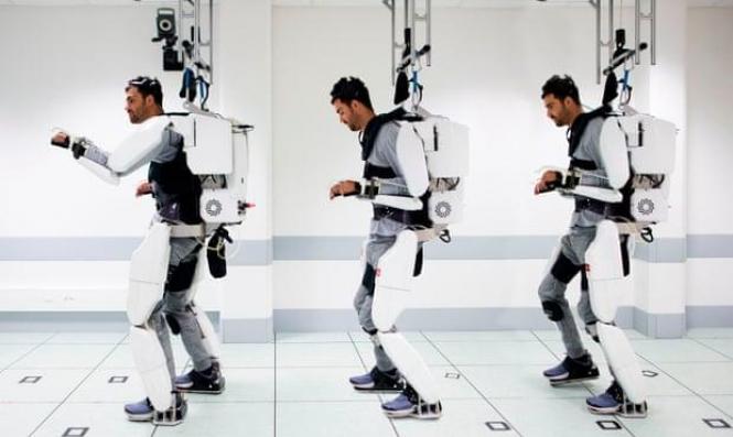 هيكل آلي يساعد رجل مشلول على المشي