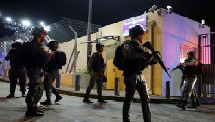 اعتقال 13 فلسطينياً بالضفة الغربية