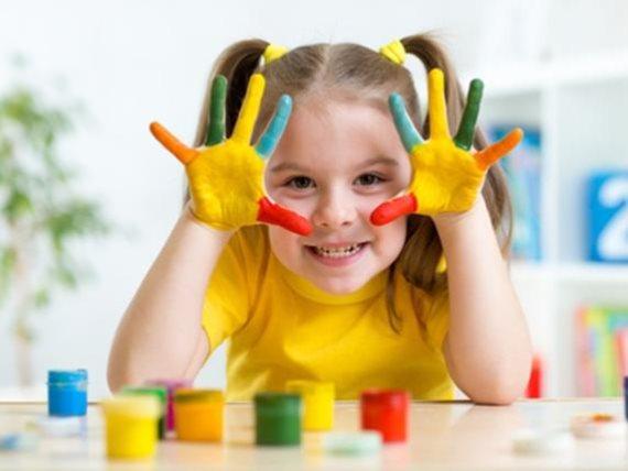 العمر المناسب لتعلم طفلك الألوان