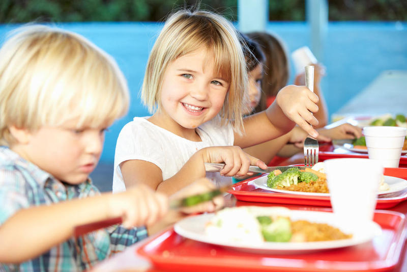 آداب المائدة وكيفية تعامل طفلك معها