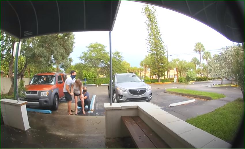 أمريكية تلد وهي واقفة في الشارع «صور+فيديو»