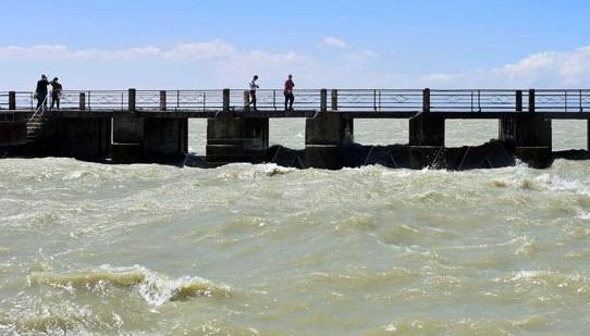 إطلاق مياه الري من سد قطينة عبر القناة الرئيسة بشكل تجريبي