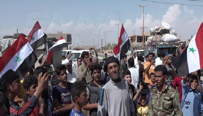 عشرات الأسر المهجرة تعود إلى مناطقها المحررة بريف دير الزور